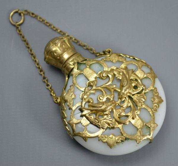 Perfumero victoriano en opalina y decoración en oro