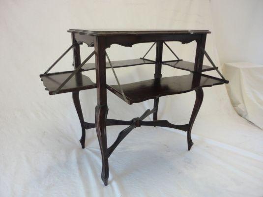 Mesita mayordomo de caoba. Tiene además del tablero bandeja, cuatro tableros más pequenos. Inglaterra, 1930.