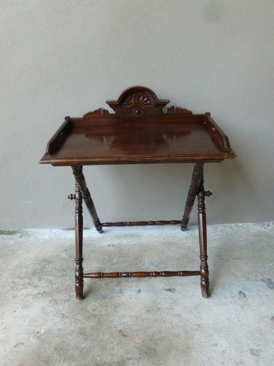 Mesita mayordomo de caoba, La bandeja tiene una cabecera tallada. Inglaterra 1850.