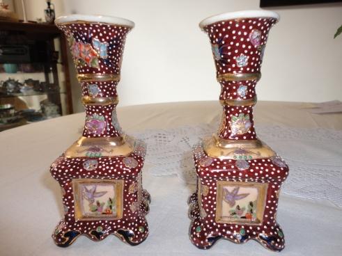 Pareja de candelabros de cerámica Satsuma cuya superficie está totalmente pintada a mano.