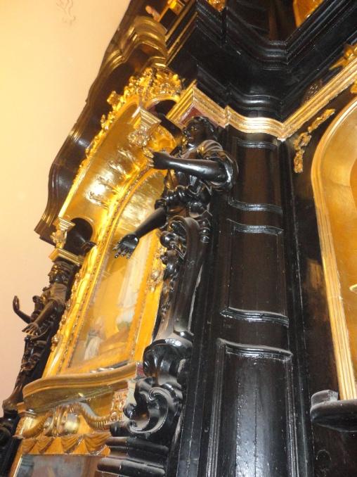 Preciosas esculturas en madera, detalle del retablo - Iglesia de San Marcelo