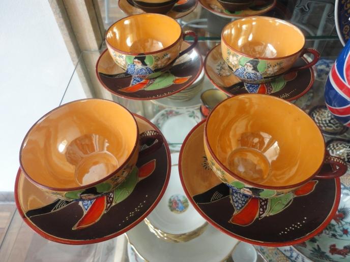 Set de tazas Satsuma. Nótese el nacarado del interior de las tazas.