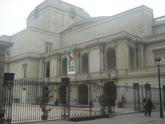 Fachada izquierda del Teatro Municipal de Lima
