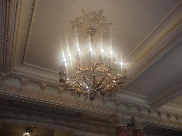 Imponente lámpara de bronce - hall de ingreso Teatro Municipal de Lima