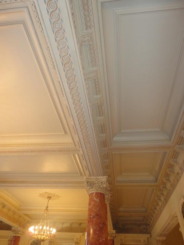 Columna de marmol y techo apanelado - Teatro Municipal de Lima