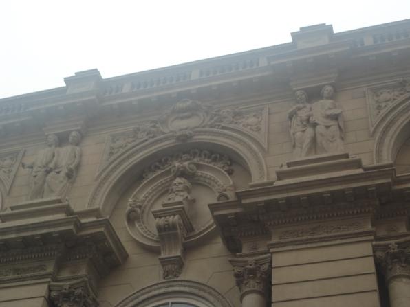 Bellas esculturas en el frontis del teatro Municipal de Lima