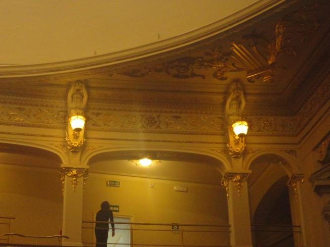 Bellas esculturas sosteniendo lamparines - Teatro Municipal de Lima