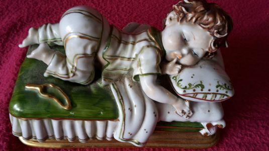 Bebé durmiendo, escultura de Edoardo Tasca para Capodimonti