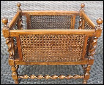 Antiguo revistero de madera y mimbre que actualmente se vende por Ebay