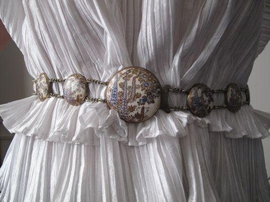 Cinturón del S.XIX. Tiene botones de cerámica Satsuma y cadenas de bronce.