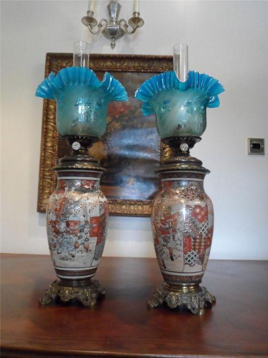Lámparas de aceite de 1880. Base de cerámica Satsuma y bronce. Llevan plumillas de cristal color turquesa.