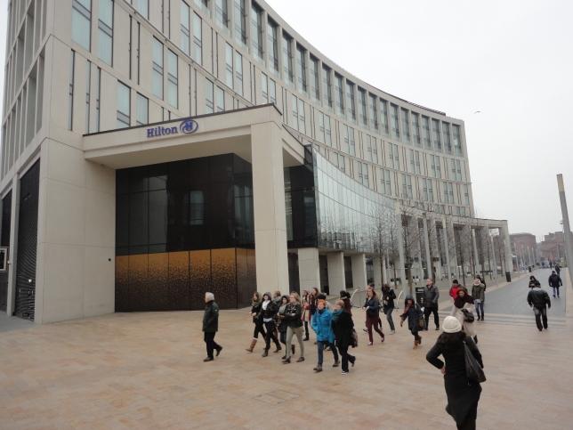 Aquí estoy afuera del hotel Hilton de Liverpool