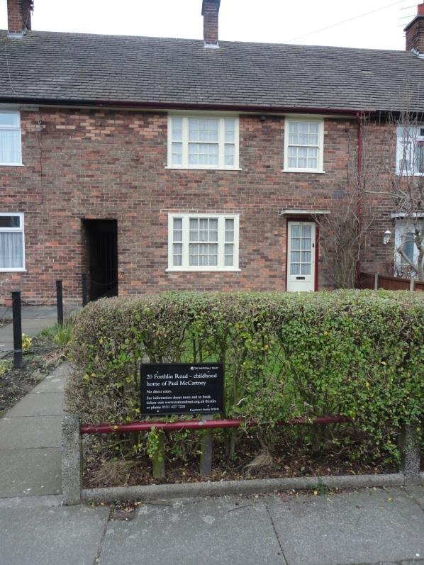 Placa afuera de la casa donde vivió Paul McCartney en Liverpool instalada por la National Trust