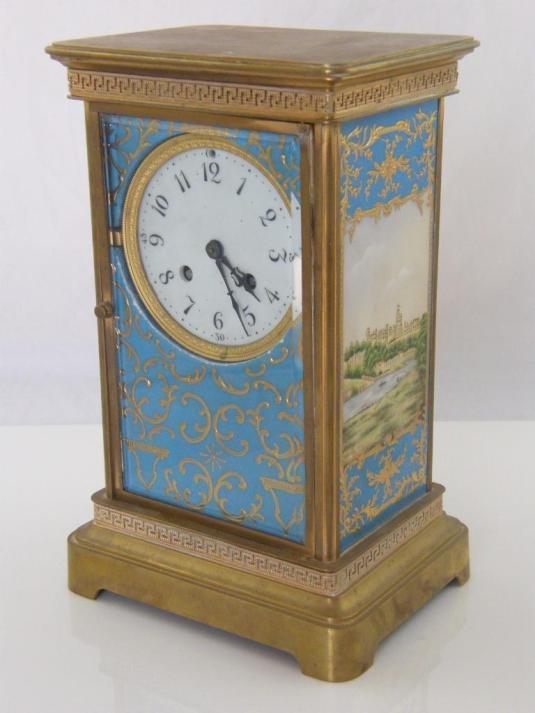 Reloj carruaje de bronce con panels de porcelana pintados a mano.  Inglaterra, 1930.