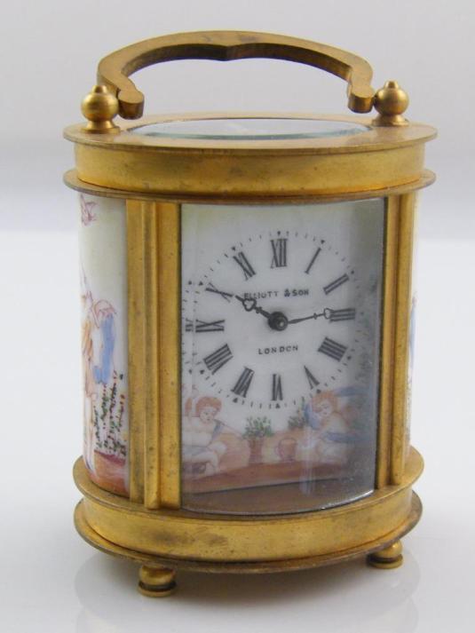 Reloj carruaje oval de bronce con interior en porcelana.  bronce y vidrio.  Inglaterra, 1900.