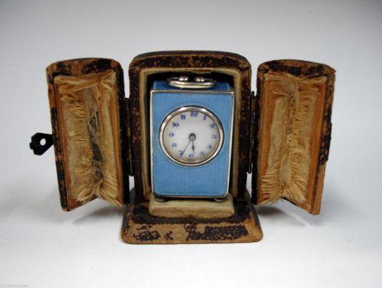 Reloj carruaje de plata y estuche de cuero.  Suiza. 1850.