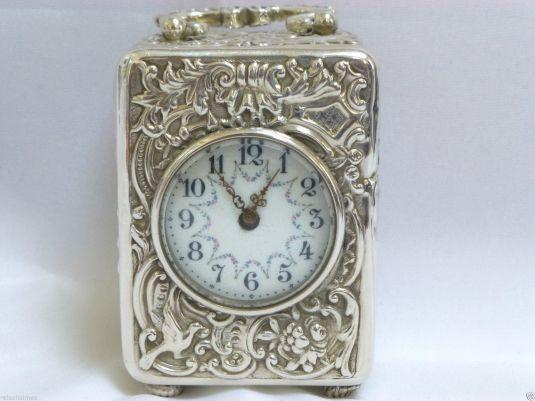 Bello y elegante reloj carruaje de plata