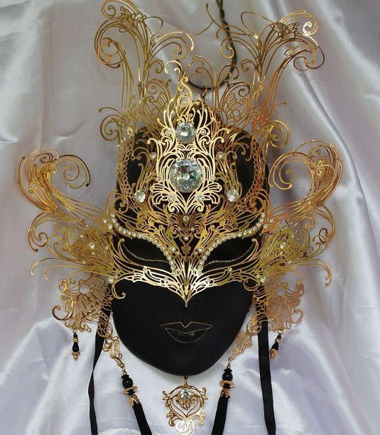Máscara de oro con brillantes Swarovski. Pieza de 1988.