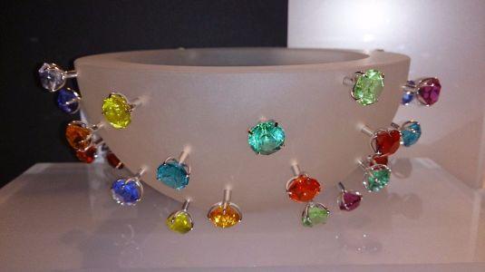 Tazón en vidrio mate y piedras Swarovski de diferentes colores y engaste de plata.