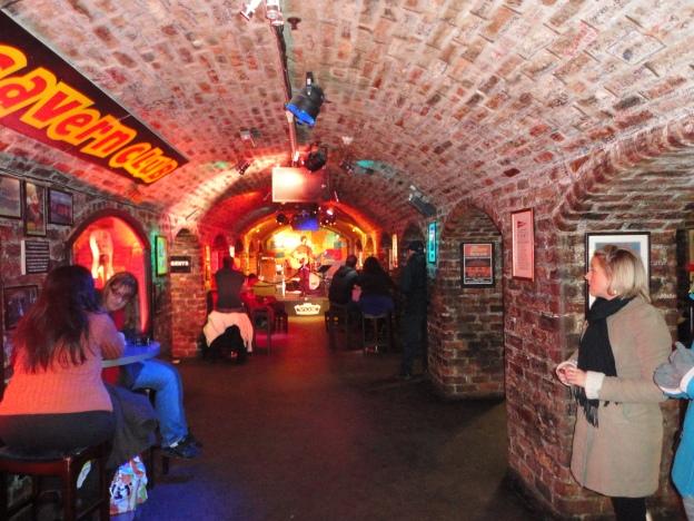 Al fondo se aprecia el scenario donde tocaron por primera vez The Beatles - The Cavern Club