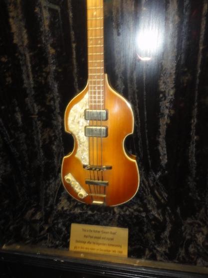 Bajo autografiado por Paul McCartney en The Cavern Pub.