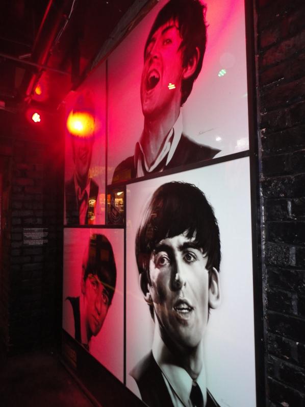 Fotos murales de The Beatles en The Cavern Pub.
