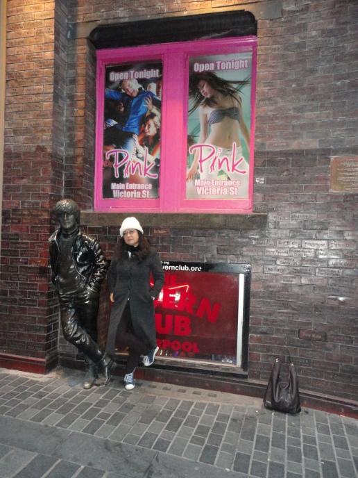 Aquí con la estatua de John Lennon en Mathew Street, Liverpool.