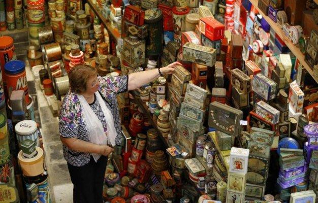 Ivette y su colección de cajas de hojalata