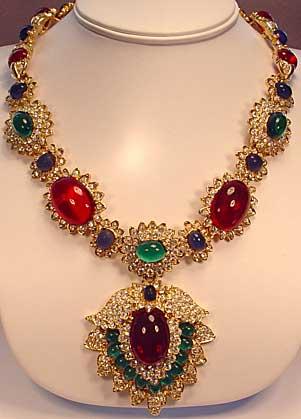 jackie O collar de diamantes esmeraldas rubíes y zafiros