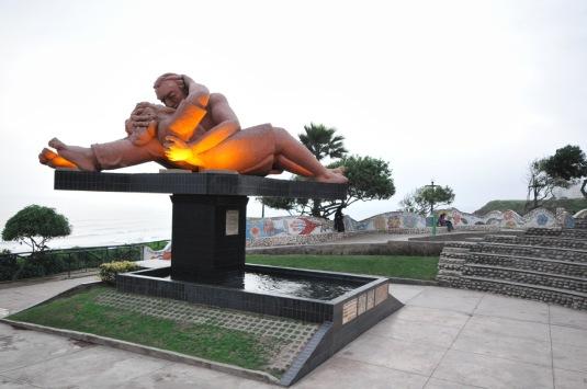 monumento a los enamorados de noche