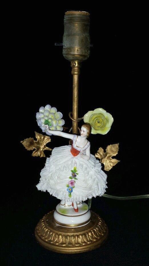 Lámpara Art Decó en porcelana alemana Dresden Muller. Tiene base y hojas de bronce. 1920.