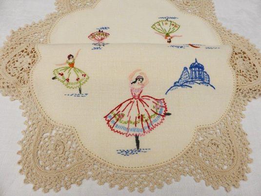 Tapete de lino con bordado de bailarinas hecho a mano y tejido a crochet en el borde, Australia 1950.