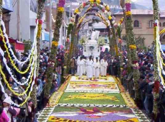 Procesión de Semana Santa y alfombra de flores. Tarma - Peru.
