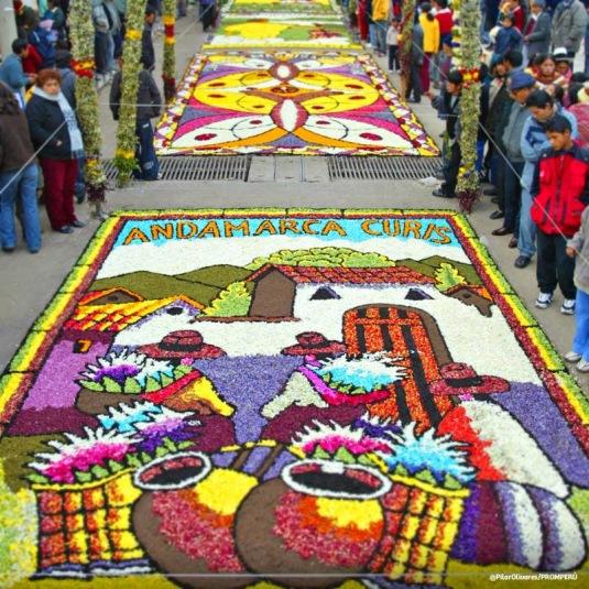 Elaborada alfombra de flores. Tarma - Perú.