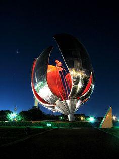 Escultura La Floralis Genérica - Buenos Aires. Vista nocturna con los pétalos cerrados.