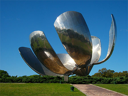 Escultura La Floralis Genérica de Buenos Aires. Vista diurnal con los pétalos abiertos.