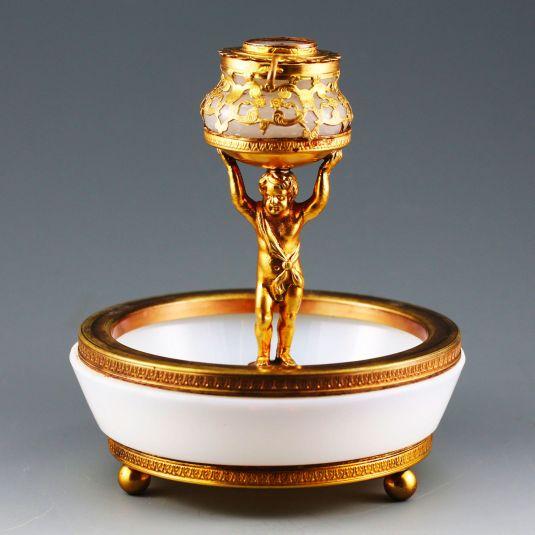 Pieza de tocador en vidrio Opalina blanca y decoraciones en bronce. Francia, S.XIX.