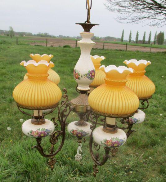 Lámpara francesa de bronce con porcelana y fanales de vidrio Opalina en color amarilla. Francia S. XIX.