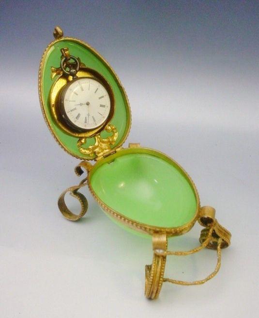 Reloj de bolsillo en vidrio Opalina verde. Tiene cintillo y patitas de bronce. Francia S.XIX.