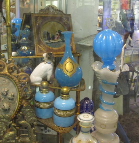 Diversos perfumeros de vidrio Opalina.