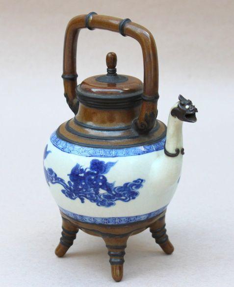 Tetera japonesa de porcelana pintada a mano. La base con patas, la tapa y el asa son de bamboo, así como la cabeza de dragon del pico. 1890.