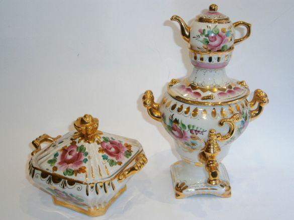 Tetera de porcelana rusa que tiene samovar. Está totalmente pintada a mano y tiene decoraciones de pan de oro. 1940.