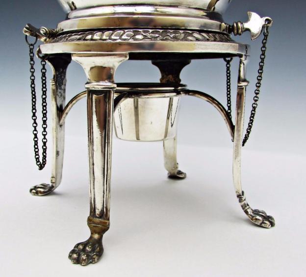 Base de tetera Victoriana de plata con mechero para calentar.