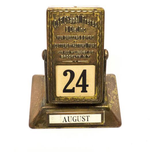 Calendario perpetuo de escritorio de 1900 hecho en bronce. Brooklyn, NY