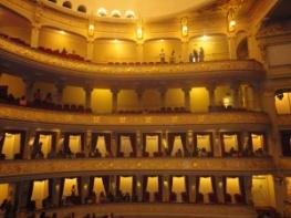 Bellas molduras en pan de oro en los balcones de palcos y galerías - Teatro Municipal de Lima