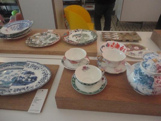 Porcelana moderna inspirada en piezas antiguas y que se le ha dado un efecto como que estuvo rota y ahora está reparada.