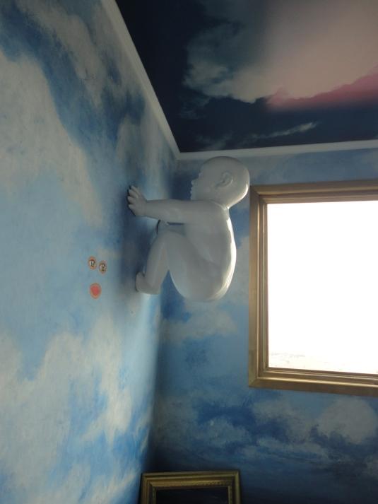 Hermosa escultura adosada a la pared.
