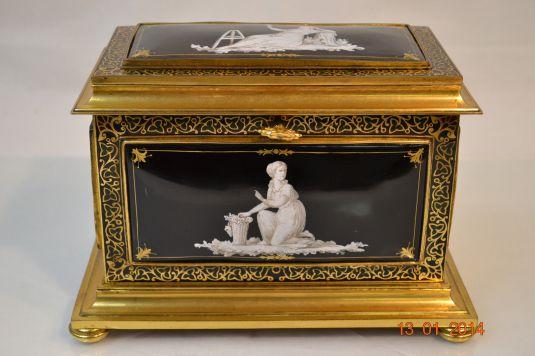 Cofre de bronce que lleva en sus cuatro lados y en la tapa una placa de porcelana Limoges. Francia, 1850.
