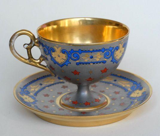 Taza y plato de té de porcelana Limoges por Demartial & Amp. Tallandier. Francia, 1875.