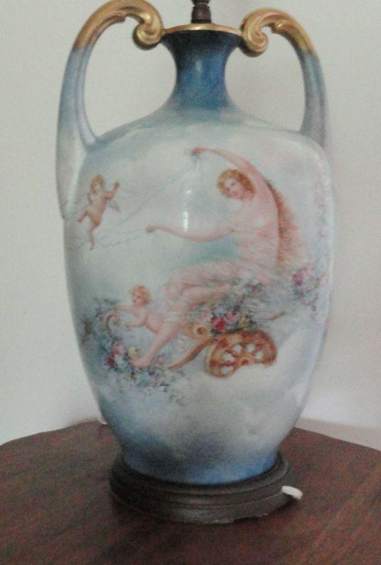 Base de lámpara en porcelana Limoges pintada a mano. Imagen mitológica. Francia, 1902.